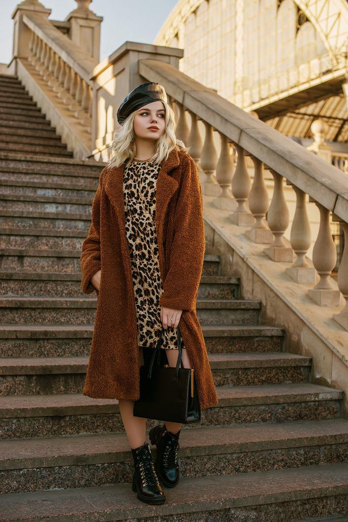 Sukienka w panterkę dobrze komponuje się z płaszczem ze sztucznego futra. Zdjęcie ilustracyjne, Victoria Chudinova/shutterstock.com