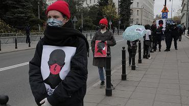 Zakaz aborcji w Sejmie. Kobiety protestują, stojąc w kolejce po drożdże