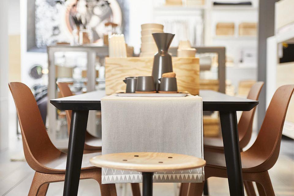 Brązowe krzesła Odger mają gładką powierzchnię i czyste linie. Świetne do każdego wnętrza.