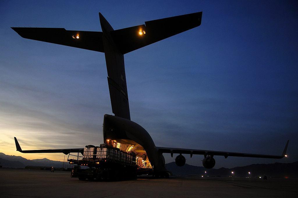Amerykański transportowiec C-17 podczas załadunku. Takie maszyny wykonywały loty do Kijowa. Zdjęcie ilustracyjne