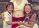 """""""Mamy brzuszek"""" i to jest normalne. Polki zrobiły projekt, który pomaga zaakceptować ciało po porodzie"""