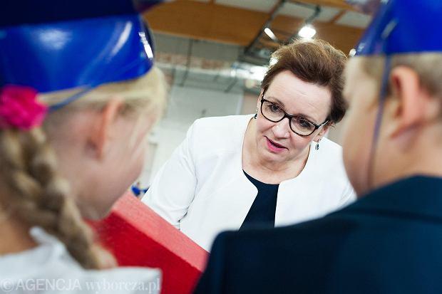 Minister edukacji w rządzie PiS Anna Zalewska z gospodarska wizytą na rozpoczęciu roku w SP w Lutyni, 3 września 2018