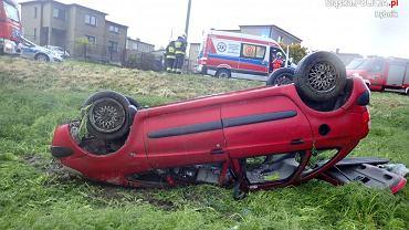 15-latek zabrał mamie samochód i pojechał na przejażdżkę z kolegami. Auto wylądowało na dachu w rowie