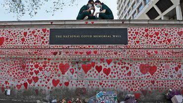 Łączna liczba ofiar pandemii w Zjednoczonym Królestwie to 130 tys. Na zdjęciu ściana pamięci zmarłych na COVID-19 w Londynie