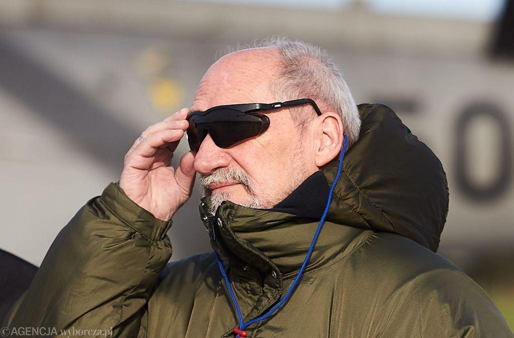 Antoni Macierewicz w 43. Bazie Lotnictwa Morskiego w Gdyni (fot. Jan Rusek/AG)