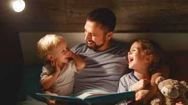 Bajki na dobranoc mają nie tylko wprowadzić dziecko do krainy snów i ułatwić mu zasypianie. To także doskonałe wsparcie rozwoju dziecka - dzięki bajkom uczy się nowych słów, rozwija wyobraźnię i szybciej zaczyna mówić.