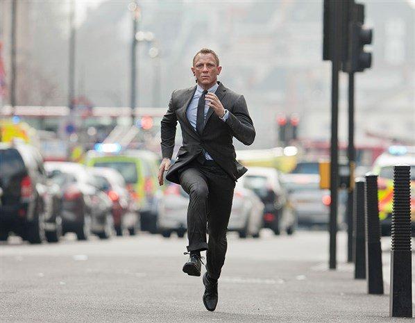 Jak jogging, to tylko w garniaku - czyli James Bond zawsze elegancki / fot. materiały prasowe
