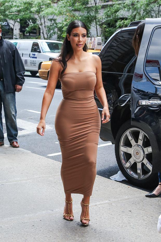 Słynna sukienka tuba marki Wolford, w której Kim Kardashian pojawiła się w 2015 roku zapoczątkowała modę na ten fason