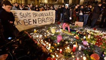 W samym sercu Brukseli, na Placu de la Bource, ludzie spontanicznie utworzyli prowizoryczny pomnik z zapalonych świec