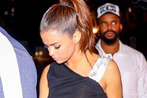 Selena Gomez wybrała się do jednej z nowojorskich restauracji na kolację. Miała pecha, obok czaili się paparazzi i zrobili jej zdjęcia z których wynika wyraźnie, że gwiazdka nie miała na sobie stanika. Nie ona jedna zaliczyła taką wpadką. W JEJ przypadku błysk flesza pokazał wszystko.