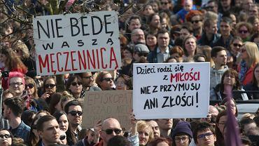 Protesty przeciwko wprowadzeniu całkowitego zakazu aborcji