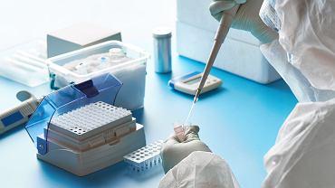 Osoby przeprowadzające badania PCR muszą przestrzegać skomplikowanych procedur, ale ty nie musisz nawet wychodzić z domu,