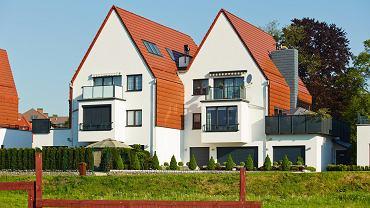 Szukając odpowiedniego orynnowania, warto pamiętać, by dopasować je do rodzaju pokrycia dachu