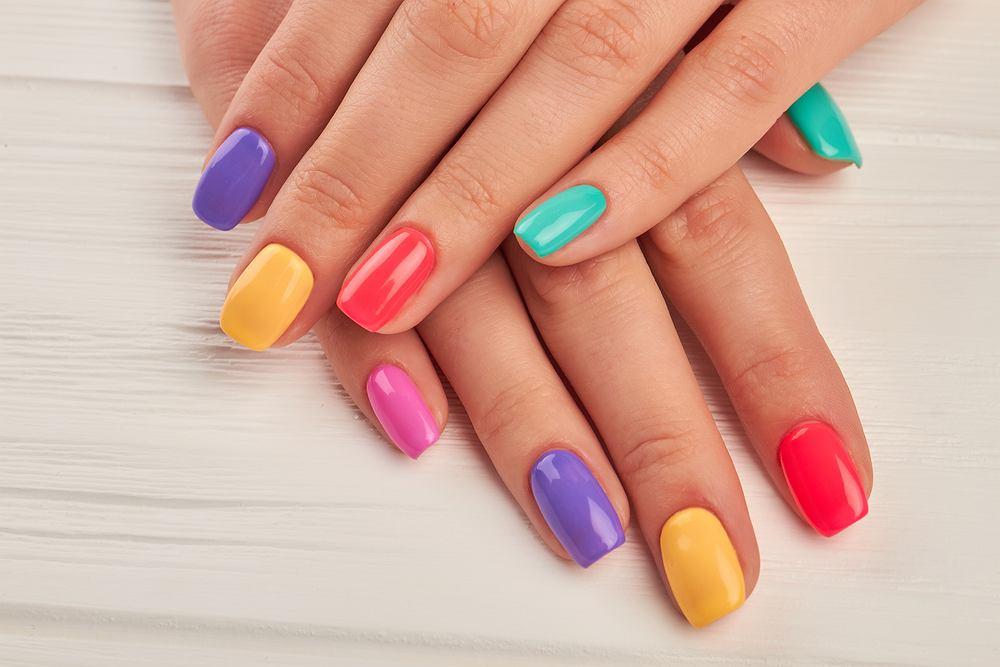Skittles Nails. Jaskrawe kolory paznokci to najnowszy trend na sezon jesień 2019. Jak zrobić taki manicure?