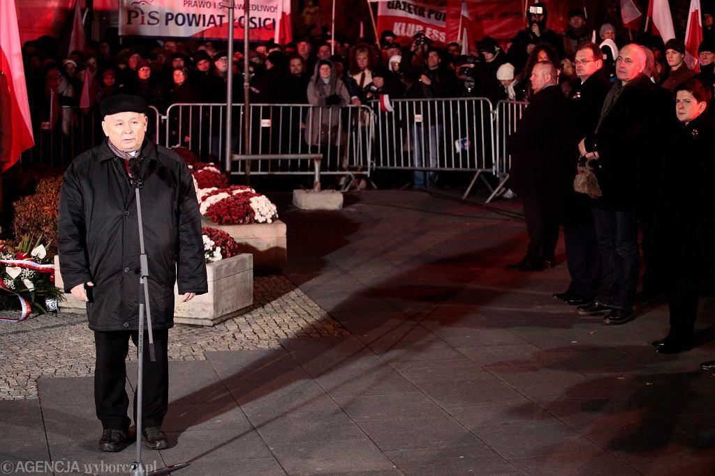 - Sprawa smoleńska musi pewnego dnia musi przejść do przeszłości, ale tylko wtedy, kiedy nasza misja zostanie skończona. Stąd to nasze dzisiejsze spotkanie i dlatego łączymy je z obchodami Święta Niepodległości - powiedział podczas 79. miesięcznicy katastrofy smoleńskiej prezes PiS Jarosław Kaczyński (n/z)