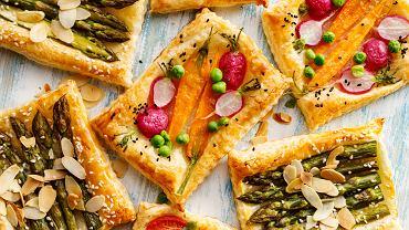 Szparagi w cieście francuskim, czyli smaczna i elegancka przystawka na twoim stole. Zdjęcie ilustracyjne