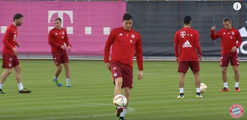 Robert Lewandowski popisuje się umiejętnościami na treningu Bayernu Monachium