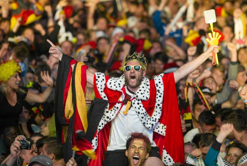 Szacuje się, że przed Bramą Brandenburską zbierze się nawet 250 tys. ludzi. Reprezentacja prowadzona przez Joachima Loewa ma wylądować w Berlinie we wtorek, o 9 rano. Dwie godziny później mają świętować z zebranymi kibicami sukces, czwarty w historii tytuł mistrza świata.