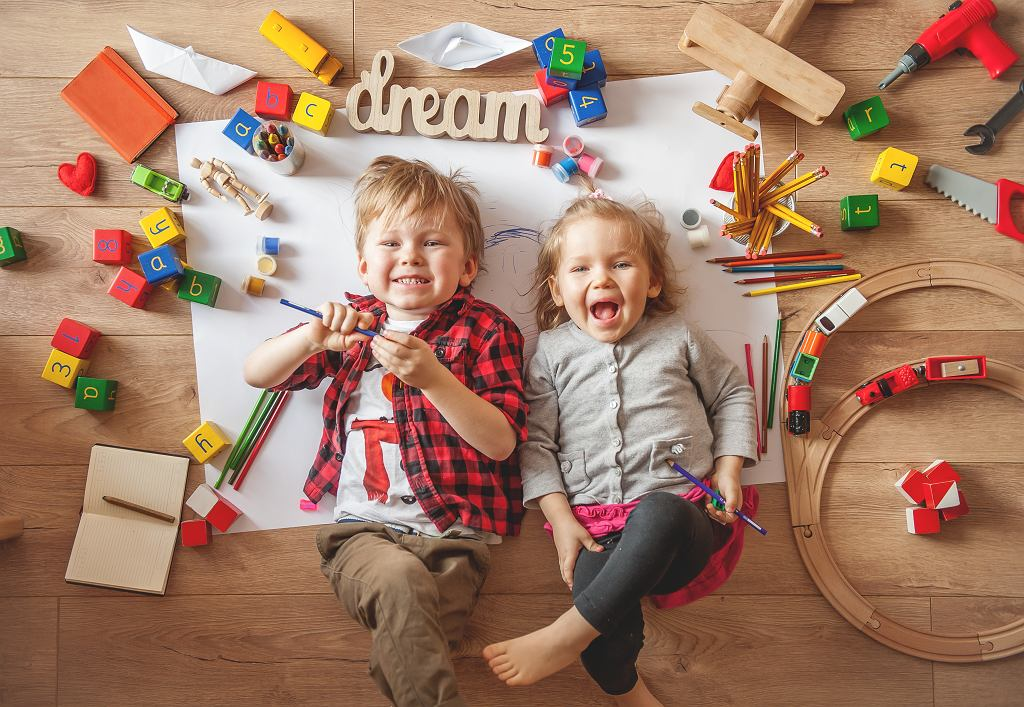 Kreatywne zabawy z dziećmi mają duże znaczenie dla ich rozwoju. Zdjęcie ilustracyjne