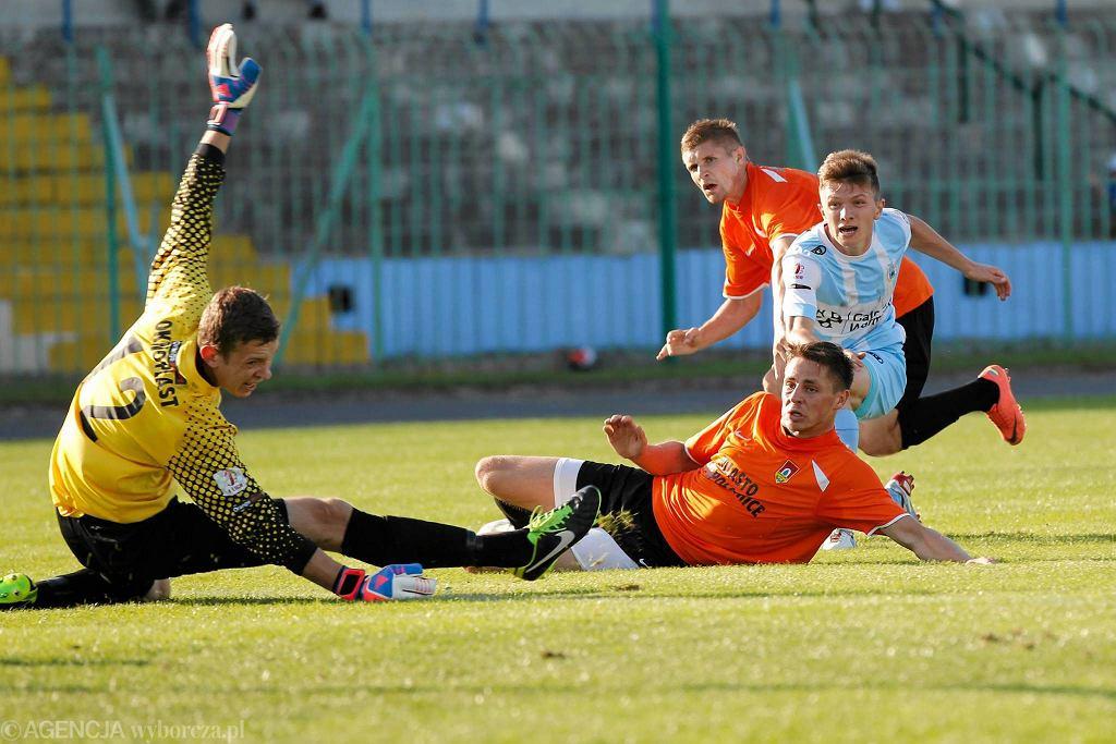 Dominik Kun strzela bramkę dla Stomilu Olsztyn w meczu z Puszczą Niepołomice (1:1)