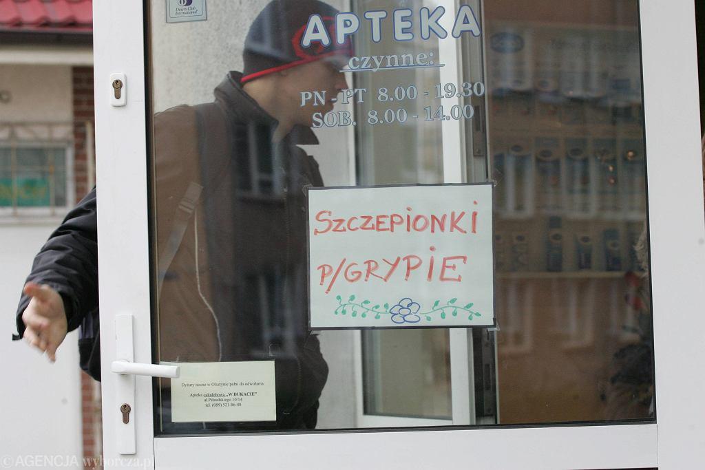 Reklama szczepionki na grypę? Niestety, zdjęcie archiwalne. Apteka w Olsztynie, listopad 2007 r.