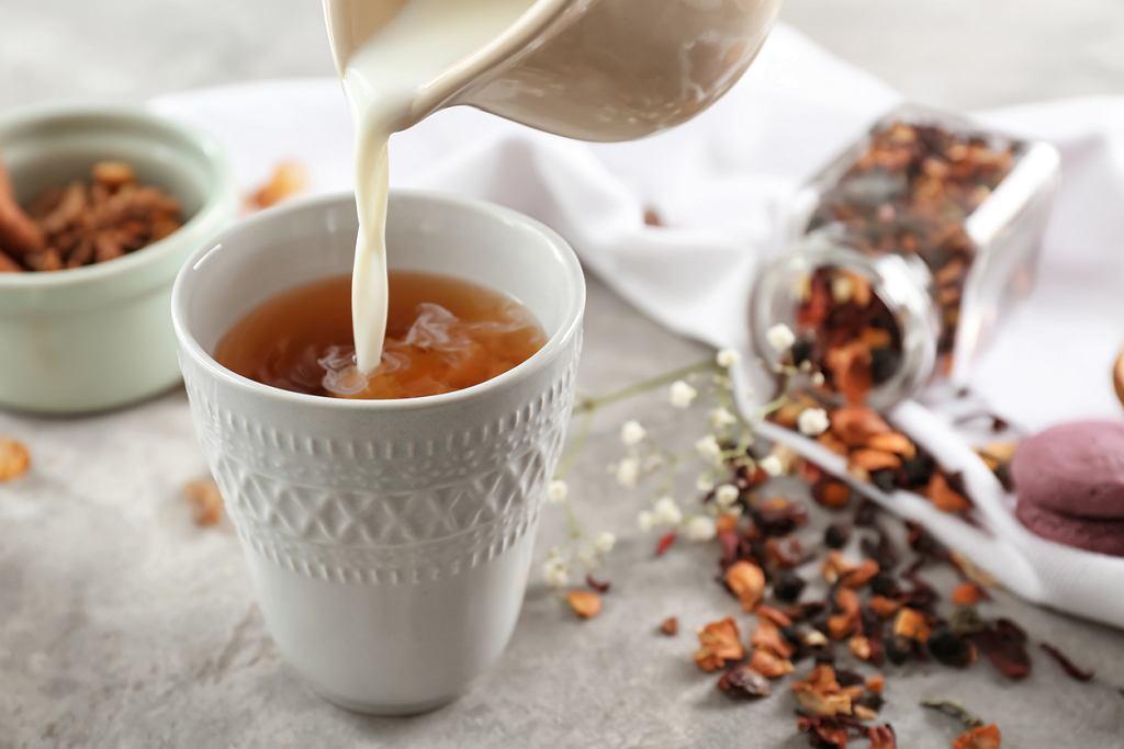 Bawarka to herbata pijana na sposób angielski, czyli z dodatkiem zimnego mleka (zdjęcie ilustracyjne)