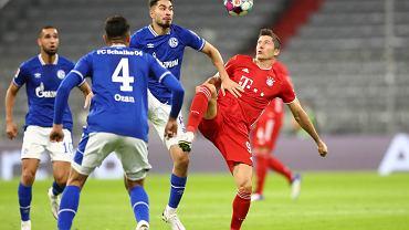 Robert Lewandowski (Bayern Monachium) walczy z  Ozanem Kabakiem (Schalke)