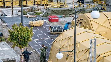 Wojsko i personel Szwedzkiej Krajowej Rady ds. Zdrowia i Opieki Społecznej demontują szpital polowy w Helsingborgu w Szwecji