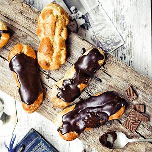Eklery z kremem i glazurą czekoladową