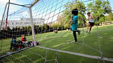 Mecz na boisku szkolnym