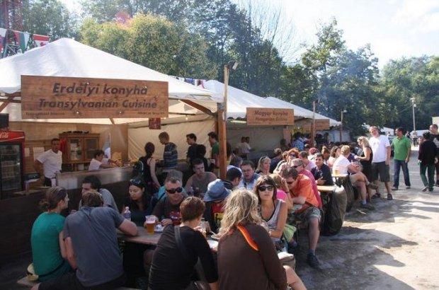 Stoiska z jedzeniem z Siedmiogrodu na Sziget Festival/ Fot. CC BY 2.0/ Petri Louhelainen/Flickr.com