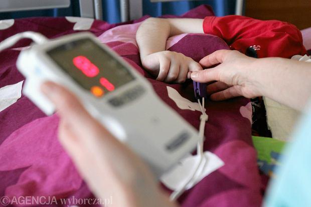 Telewizyty sprawdzają się, kiedy mama chce skonsultować karmienie noworodka, omówić schemat szczepień. W takich sytuacjach lepiej 15 minut porozmawiać z rodzicem przez telefon niż spotykać się w gabinecie. Sporo rzeczy w pediatrii można omówić zdalnie. Niektórzy rodzice bardzo sobie to chwalą
