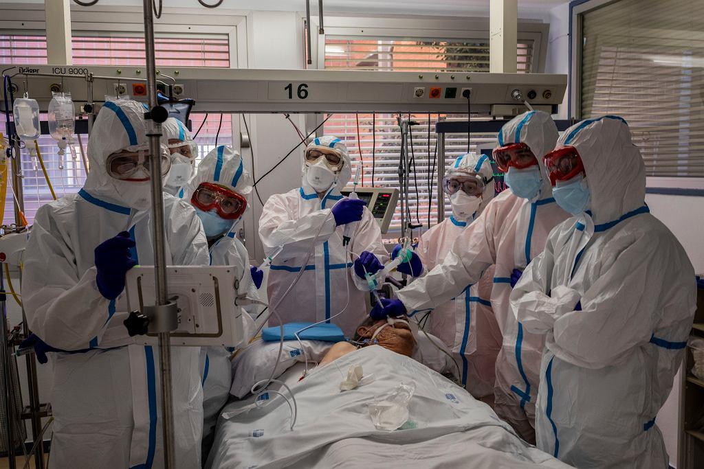 Pacjent chory na COVID-19 w szpitalu w Leganes w Hiszpanii.