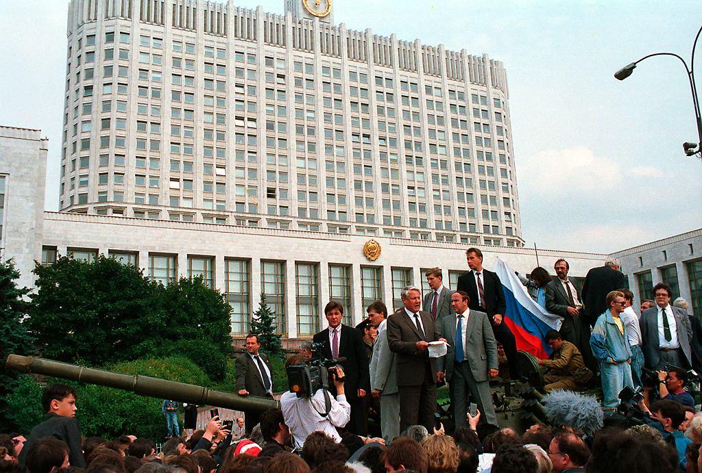 Pucz Janajewa. 19 sierpnia 1991 r., Moskwa. Prezydent Federacji Rosyjskiej Borys Jelcyn przemawia z czołgu przed budynkiem rosyjskiego parlamentu