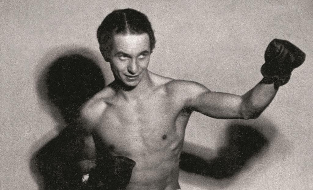 Boksować zaczął jako nastolatek pod okiem Feliksa Stamma. Pierwszą publiczną walkę na ringu stoczył 18 marca 1933 roku. Przed wojną był mistrzem Warszawy i wicemistrzem Polski w wadze koguciej.