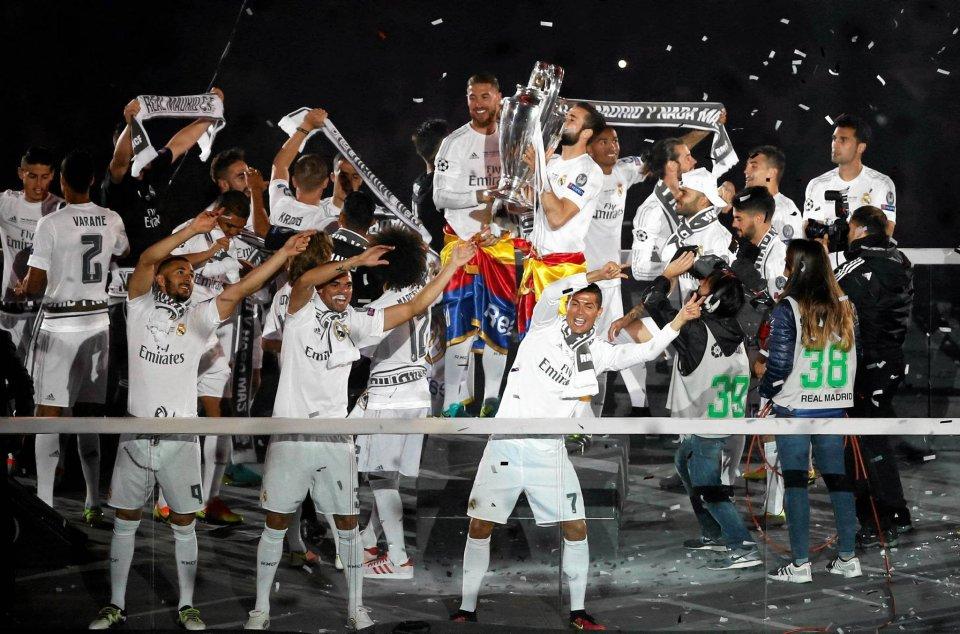Real Madryt pokonał po rzutach karnych Atletico i po raz 11. w historii został najlepszą klubową drużyną Europy. Tak piłkarze świętowali po przyjeździe do Madrytu, na swoim własnym stadionie.