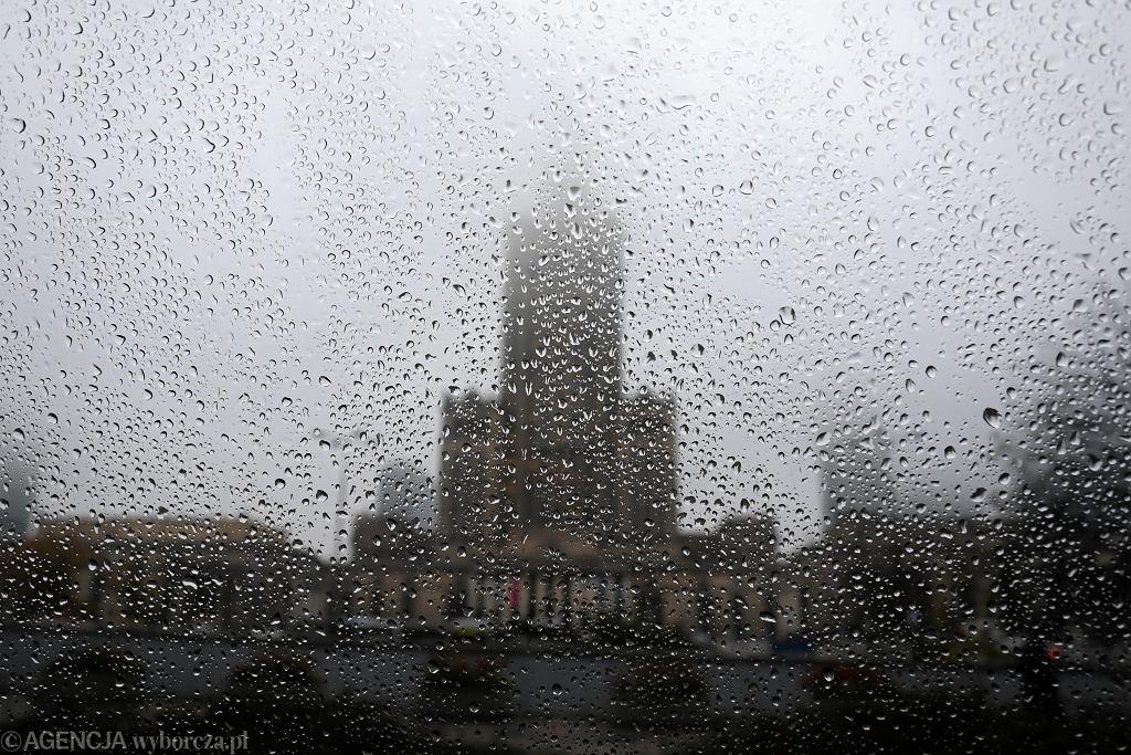 Deszcz i mgła w Warszawie (zdjęcie ilustracyjne)
