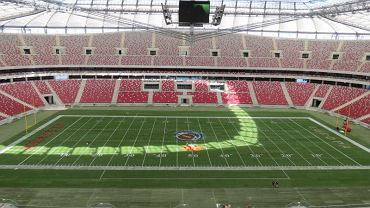 Przygotowania na Stadionie Narodowym do meczu futbolowego