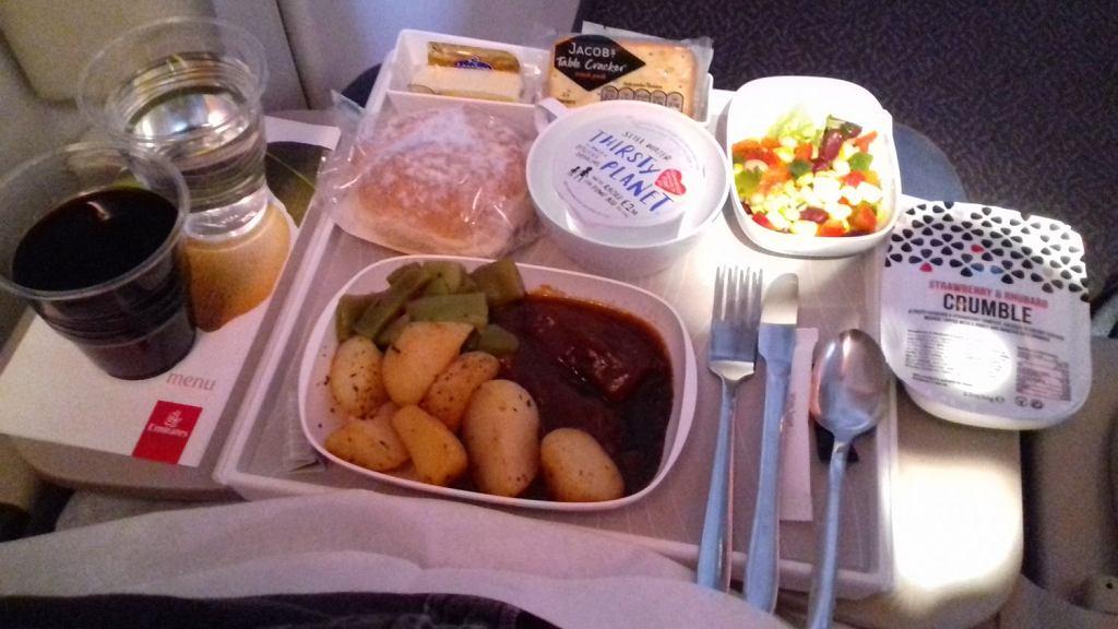 Obiad serwowany pasażerom klasy ekonomicznej w Emirates