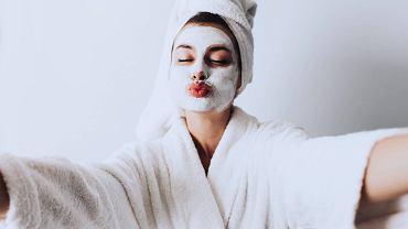 Kobieta z maseczką pielęgnacyjną na twarzy