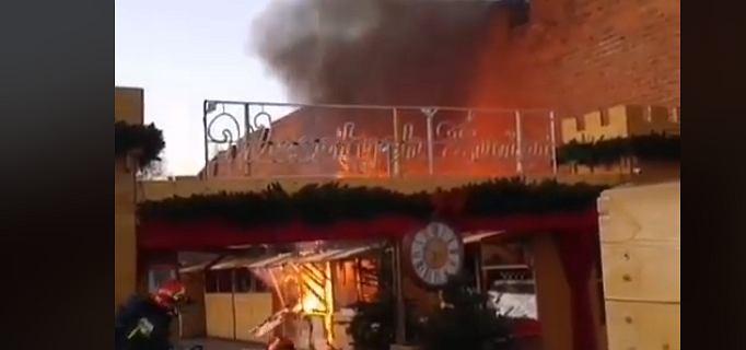 Pożar na jarmarku świątecznym w Warszawie. Ogień buchał nad murami