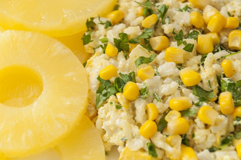 Sałatka z ryżem i tuńczykiem, i ananasem