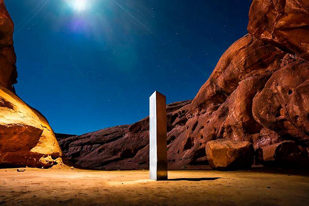 Metalowy monolit w Utah to dzieło Matty'ego Mo znanego jako 'The Most Famous Artist'