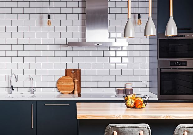 Co położyć na ścianę w kuchni między szafkami? Stylowe pomysły