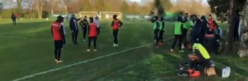 Trening piłkarzy FC Nantes zakłócili kibice, puszczając z głośników muzykę z cyrku