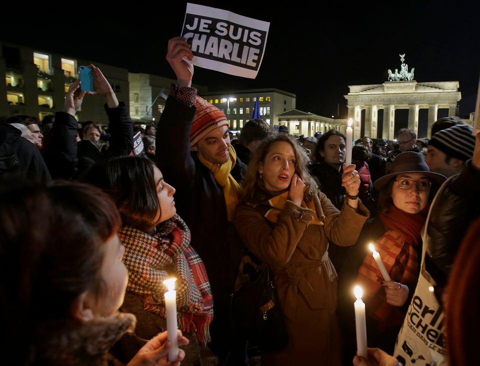 Osoby protestujące po zamachu w Paryżu