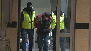 Zatrzymany prowadzony na rozprawę aresztancką