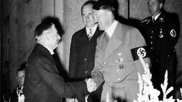 Spotkanie brytyjskiego premiera Neville'a Chamberlaina i Adolfa Hitlera w 1938 roku.