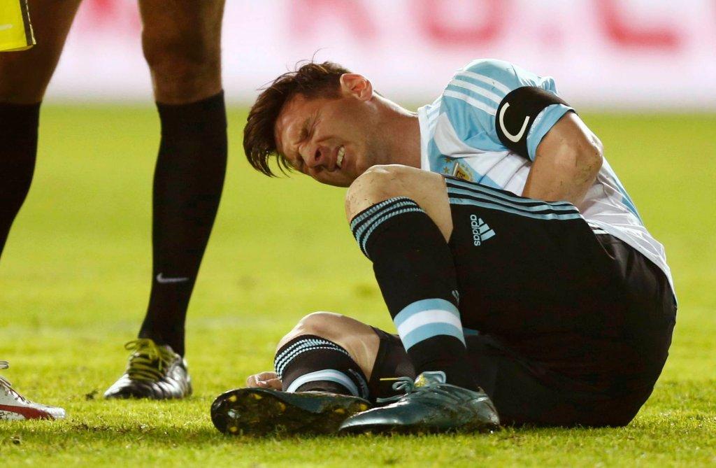 Leo Messi po wbiegnięciu w obrońcę Paragwaju podczas meczu pierwszej rundy