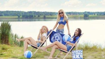 Modelki reklamują letnią kolekcję Ruchu Chorzów